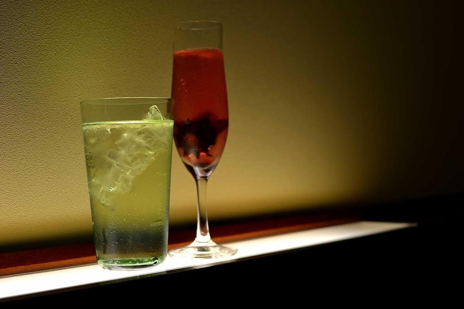 食事中のお酒お水、ワインと水