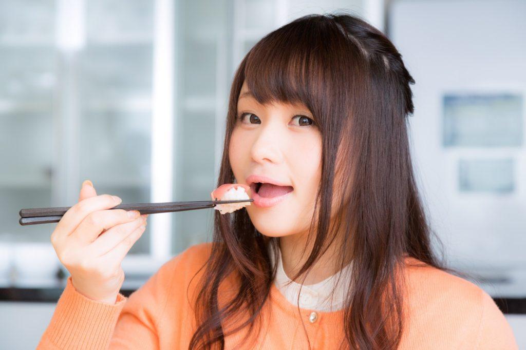 うざいと言われる食通グルメ美食、お寿司を食べる女性