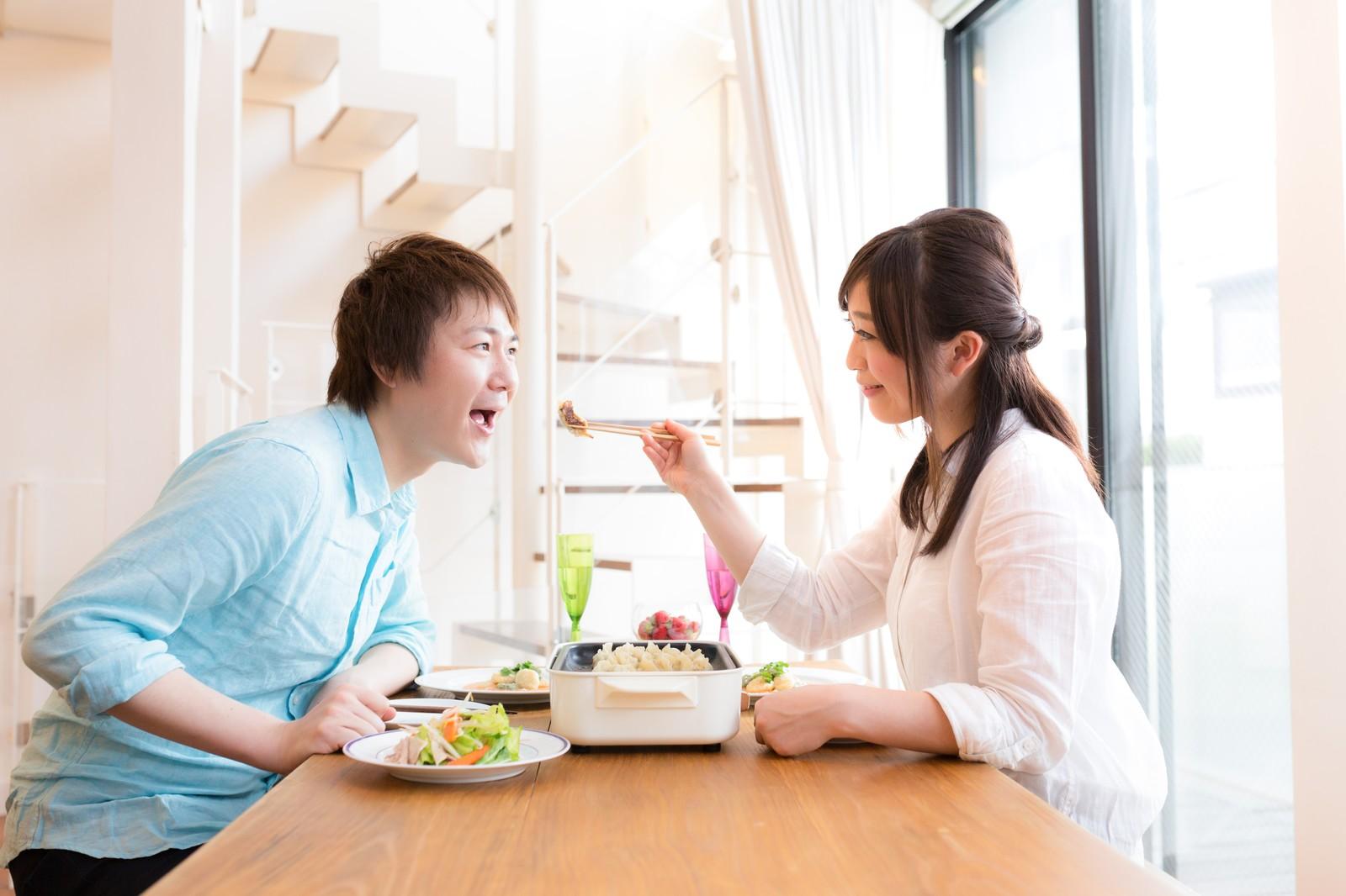料理上手な妻や彼は浮気をされない、一緒に食事する二人