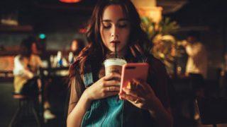 飲食店の集客方法SNS カフェでSNSチェックする女性
