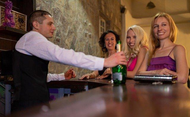 飲食店の接客。笑顔の魔法。接客態度で味まで悪く感じるお客様の心理。みんなが笑顔になる