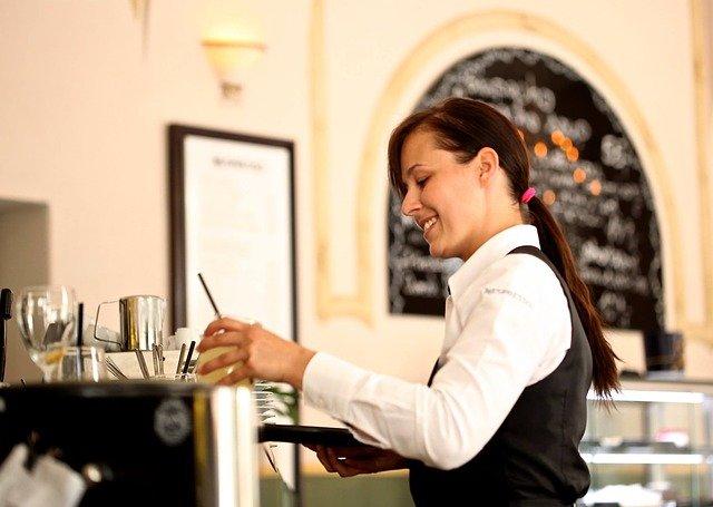 飲食店の接客。笑顔の魔法。接客態度で味まで悪く感じるお客様の心理。