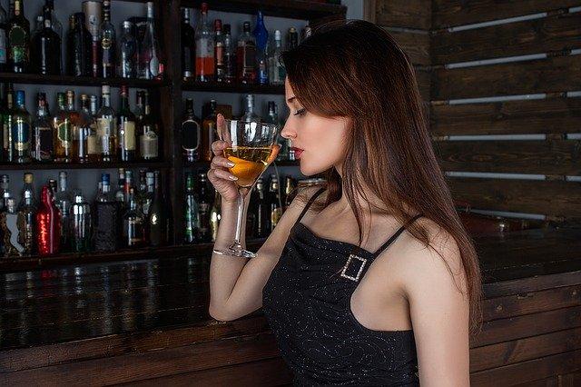 居酒屋やバーでの1人飲みで出会いは期待できるか?一人で飲む女性
