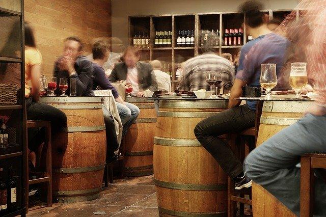 居酒屋、バーの「迷惑に気付かない常連客」マウント、ナンパ、ケンカ、飲食店経営者の悩み。みんなが心地よい店